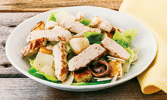 Straccetti di Pollo Arrosto con Caesar Salad di lattughino, alici, crostini e parmigiano